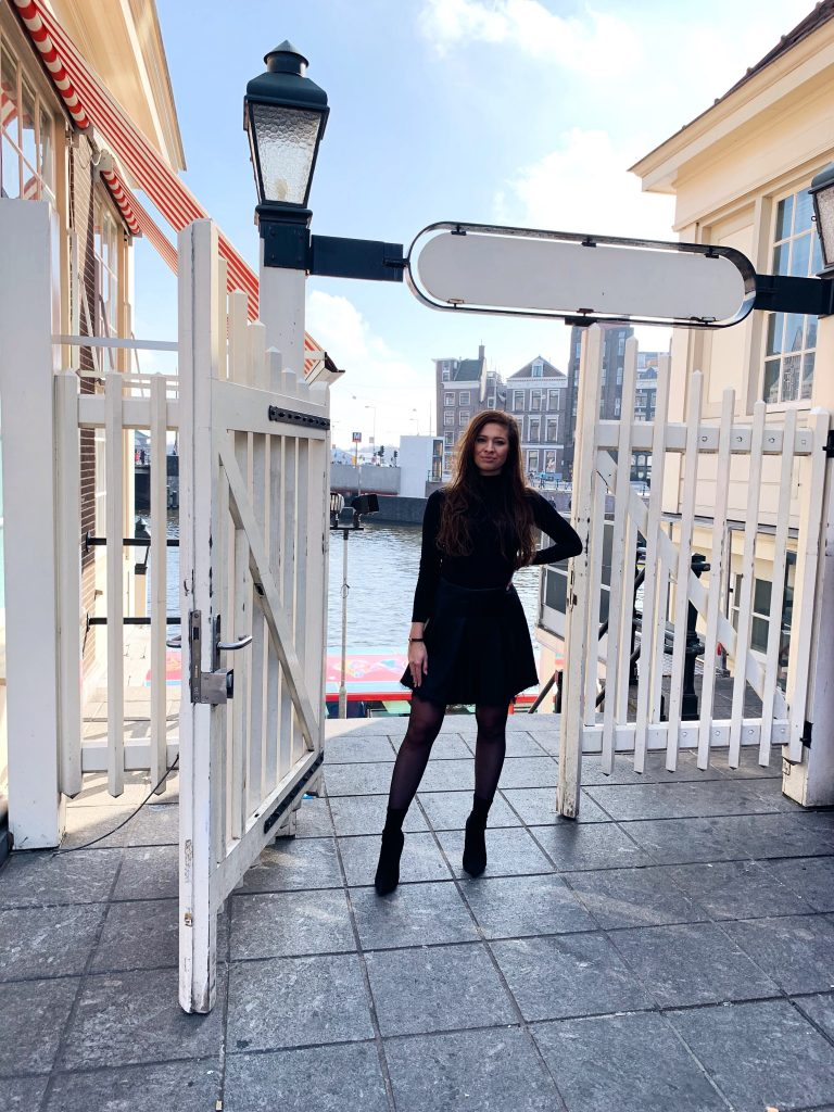 All Black Look – Photo Hotspot Loetje Amsterdam Centraal